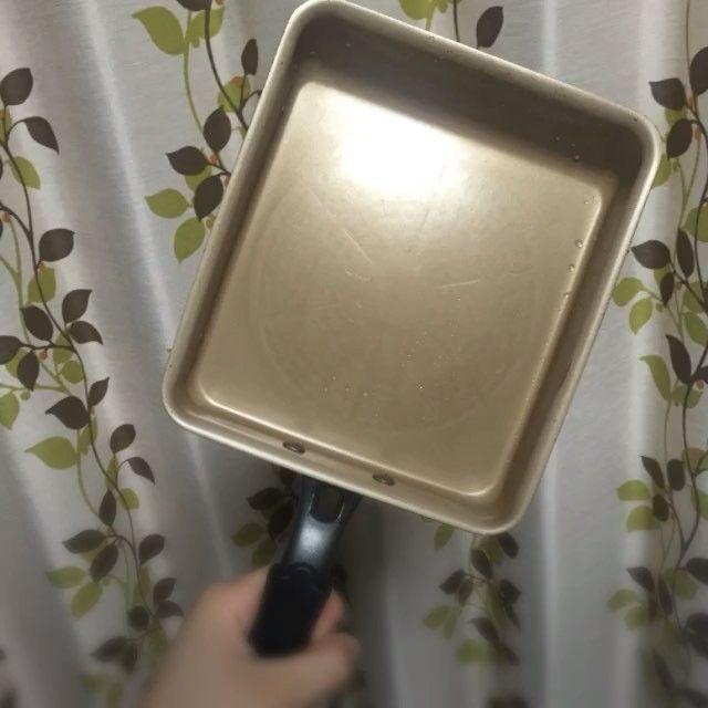 【evercookで卵焼き】 こんにちは!🍀広報アシのがっちゃんです😉💕今日はevercookの凄さを動画でお伝えしちゃいます!🙌🏻💕 実際にevercook卵焼きフライパンを使ってがっちゃん流玉子焼きを作りました😎 片手で撮影しながら作ったので形がちょっと崩れましたがご愛嬌😂👏🏻 ★今回油はオリーブオイルをキッチンペーパーに少量染み込ませてフライパンを拭くようにしてなじませてます😊 ★玉子は3つ使用してます ★調味料はお砂糖、お醤油、お出汁 ★お箸でクルクル空気を含ませることで出来上がった時にカサが増します😉💕 #evercook #ツルすべ #こびりつきにくい #フライパン #エバークック #長持ち #ずっと使いたくなる#ドウシシャ#料理 #cooking #キッチン #キッチン用品 #種類豊富 #調理器具 #kitchen #人気 #楽天 #amazon #TV #主婦 #ランキング#3位 #聞きにくいことを聞く #家庭用品 #クッキング #キッチングッズ #玉子焼き #玉子