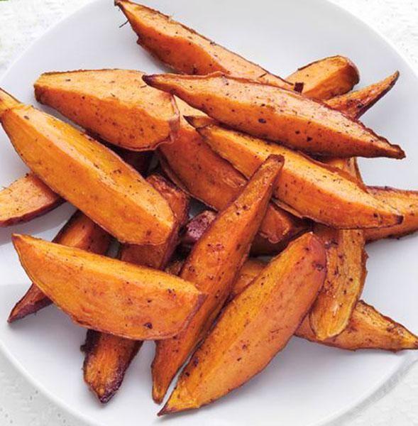 Esta receta de boniato frito (sweet potato chips) se prepara en realidad al horno, por lo que resulta ligera y perfecta para compartir.
