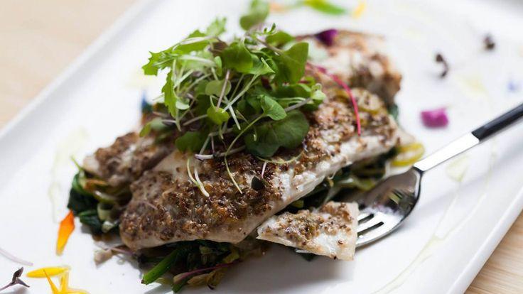 Une recette de tilapia en croûte de chia et parmesan présentée sur Zeste et zeste.tv.