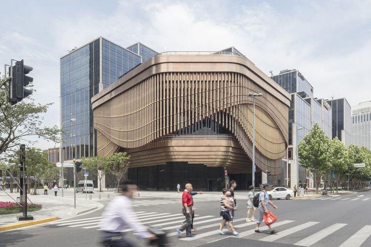 Un nou cartier financiar se construiește lângă malul mării din orașul vechi din Shanghai. Proiectat de firmele britanice de arhitectură, Foster + Partners și Heatherwick Studio, dezvoltarea de 420.000 de metri pătrați include două turnuri de reper de 180 de metri, care conțin birouri, un hotel de tip boutique și o mare varietate de spații comerciale de lux.   #Arhitectură