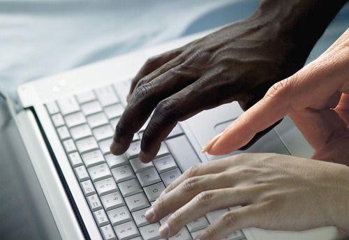 web-collaboration-clavier-mains