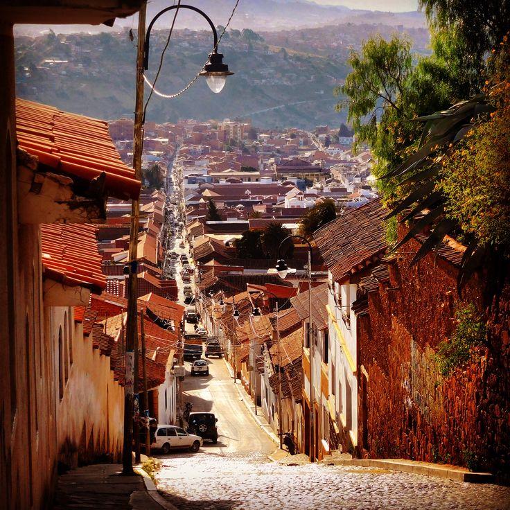Sugiero que vayas a Sucre. Sucre es la segunda capital de Bolivia. Hay la casa de la libertad y que es dónde se firmó la declaración de la independencia. Es muy interesante