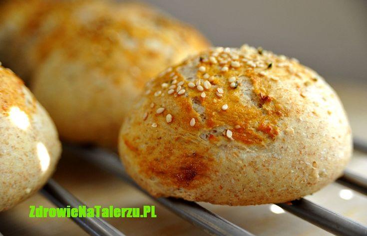 Bułeczki razowe z dodatkiem mąki jaglanej. Najważniejsze,  że możemy je zrobić sami. Pałaszując pamiętajmy, że zboża z pełnego przemiału dostarczają nie tylko błonnika i żelaza ale zawierają stanole i sterole, które obniżają poziom cholesterolu we krwi.