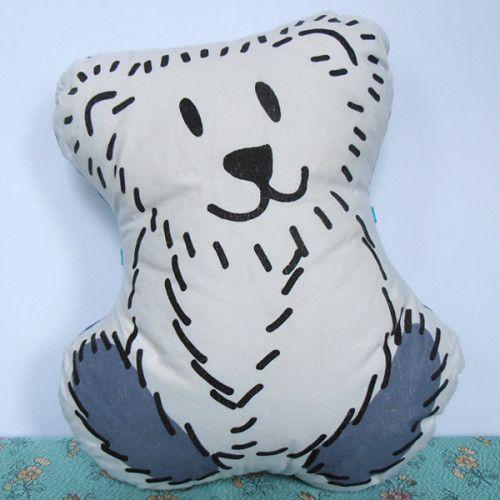 Borre wil het liefst de hele dag geknuffeld worden, dat hebben ijsberen nou eenmaal.