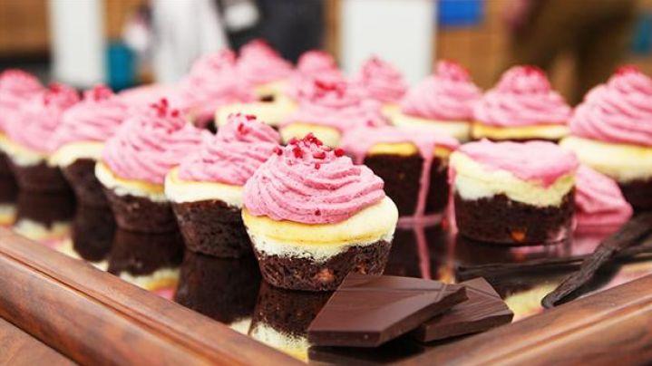 Cupcakes i tre lag med smag af chokolade, bær og cheesecake