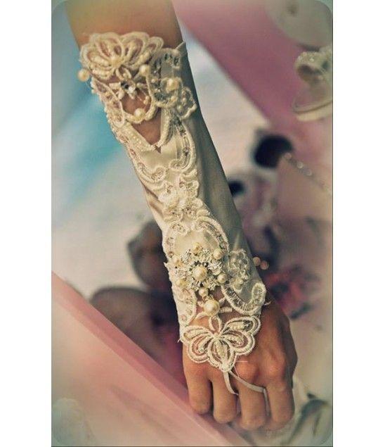 Χειροποίητα γάντια στολισμένα με δαντέλα, κρύσταλλα και πέρλες.
