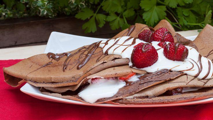 Choco-Banan crepes with strawberries.Naleśniki czekoladowo – bananowe z truskawkami.