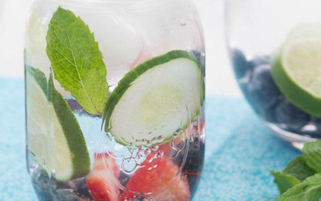 L'eau de concombre est une boisson que vous aurez envie d'essayer la prochaine fois que vous aurez soif. Non seulement, elle permet de véritablement hydrater le corps, mais elle peut vous aider à vous sentir mieux d'une manière générale, et même d'avoir meilleure mine. Voici tous les avantages que vous en retirerez et quelques recettes …