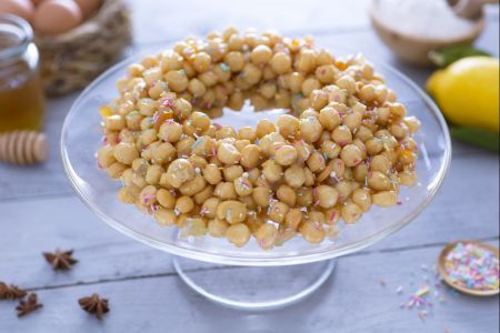 Gli struffoli sono i dolci più tipici della tradizione Napoletana e rappresentano sicuramente una delle ricette più caratteristiche del periodo Natalizio.