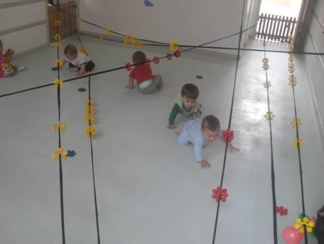 Procurando incentivar as crianças a exercitarem a percepção visual e tátil a sala foi organizada de forma diferente.      Num pr...