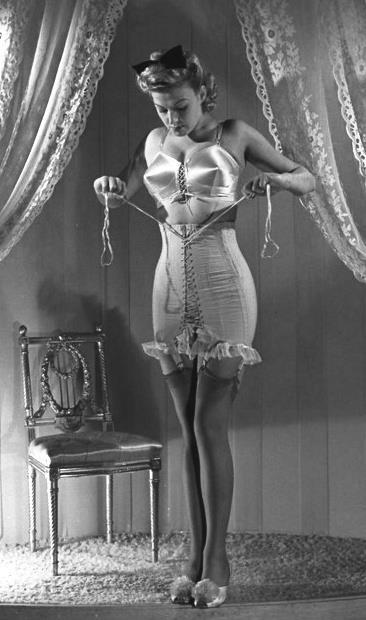Historia de la Moda y los Tejidos  Con la llegada de las fajas-corsé de nylon, las mujeres redujeron su cintura y caderas con mayor comodidad. Por fin, la ropa interior se podía lavar en la lavadora...  http://historiadelamodaylostejidos.blogspot.com/