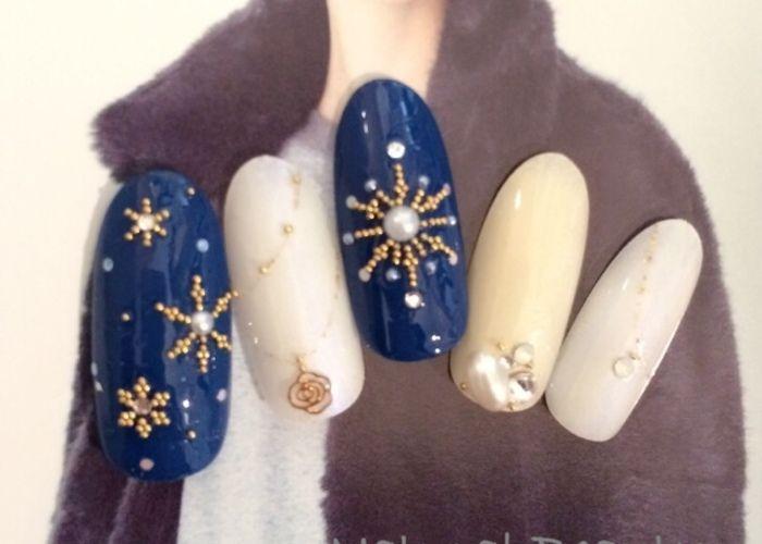 冬ネイルの定番*雪の結晶ネイルでロマンティックな指先に♡のトップ画像