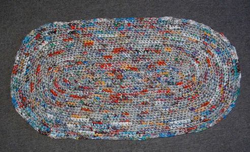 Tutorial - Plastic Trash Oval Rug. Made from recycled bags from bread, hotdog buns, bagels, toilet paper, frozen foods, hashbrowns, paper towel packaging, hamburger buns, taco shells, hoagie buns, and other pieces of plastic from numerous products having plastic packaging.
