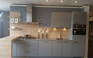 Keukenloods - Nederweert, 3m50 inclusief Zanussi apparatuur, combi, gas, koel, kraan, 2 cm dun blad, grijs voor 4.990,-. .