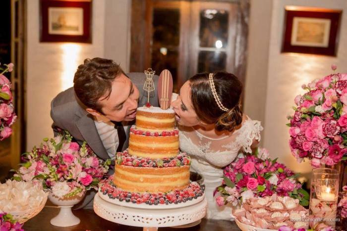 Mesa de bolo para casamento na praia com naked cake e topo de bolo com prancha de surf