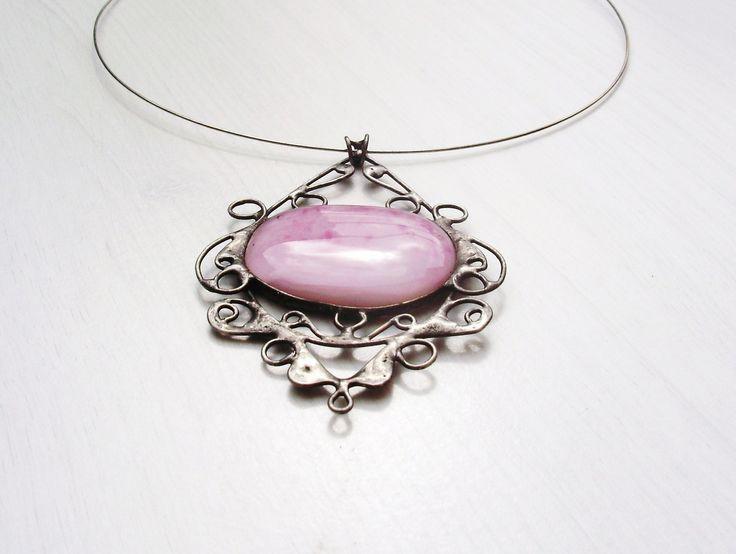 Totálně PINK  Autorský cínovaný náhrdelník, se skleněným kabošonem z dílnyJar23. Rozměr 8 x 6 cm. Leštěn, patinován, sšetřen antioxidaním prostředkem. Vyroben z bezolovnatého cínu.