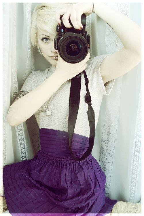 фото эмо девушек блондинок с фотоаппаратом рукой она