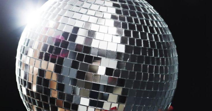 """Temas para discotecas. Las discotecas son un medio emocionante para celebrar diversas ocasiones y divertirse. La música fuerte y de ritmo rápido, los brillantes destellos de luz y una atmósfera electrizante son características de una discoteca. Conocido en la década de 1970, el """"disco"""" fue un baile, una moda y un estilo de música. Las """"discos"""" han llegado a simbolizar ..."""