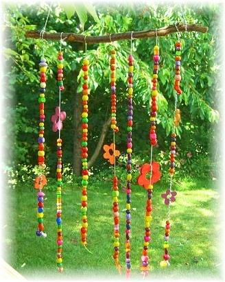 vrolijke, kleurrijke decoratie voor in de tuin  Could hang between 2 shepard's hooks, or down center of teepee trellis