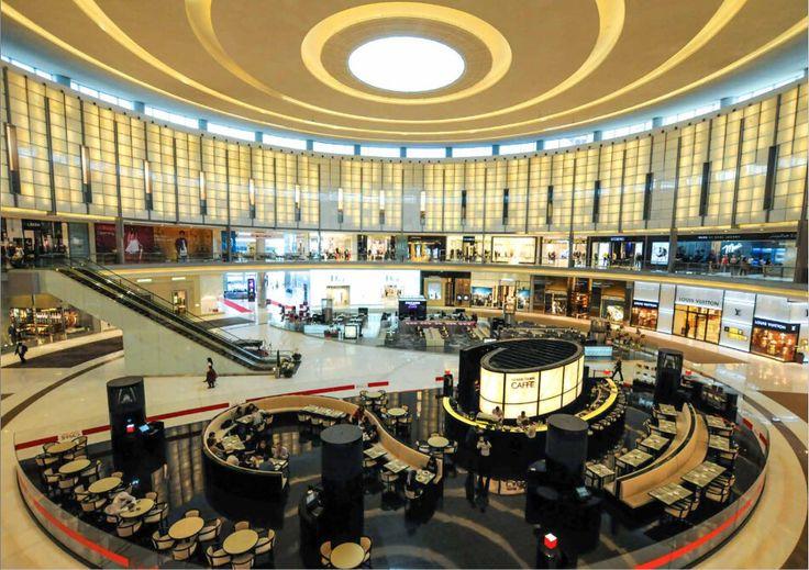 Dubai ist ein Shopping-Paradies. Es gibt wohl keine Stadt weltweit mit mehr hochklassigen Malls als Dubai sie besitzt. Wer jedoch günstige Preise in Dubai erwartet, wird leider enttäuscht. Die Preise liegen alle mehr oder minder auf dem deutschen Niveau. Die Artikel sind nur dann etwas günstiger, wenn der Euro im Vergleich zum Dollar stark ist, da letzterer im festen Verhältnis zur lokalen Wäh- rung, dem Dirham (AED) steht. Mehr Infos dazu in unserem kostenlosen Reiseführer.