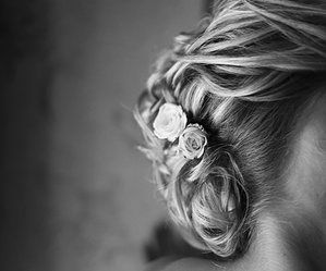 Anna Liukas Photography, Bride and pionies in her hair