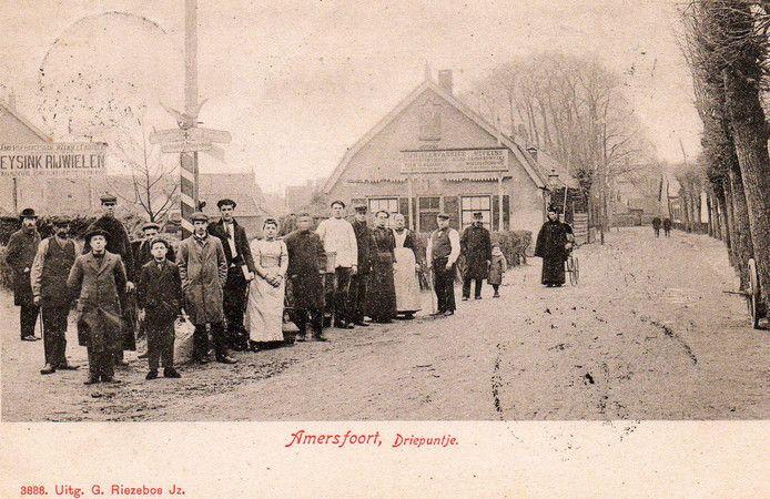 Het 'Driepuntje', zo genoemd, omdat hier drie wegen bij elkaar komen: de Arnhemseweg, de Bergstraat en de Leusderweg. Na de geboorte van prinses Juliana, op 30 april 1909, werd dit pleintje naar haar vernoemd. In het linkerpand was Eysink Rijwielen gevestigd. In het huis midden zat Nefkens, die ook in rijwielen handelde.