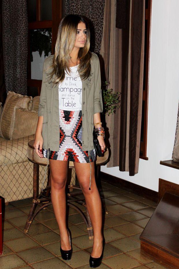 saia + camiseta + scarpin