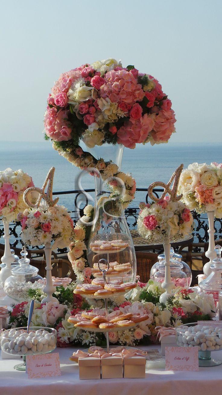 Dettagli d'eleganza alla confettata. Le iniziali degli sposi poggiano su un giardino floreale in stile shabby chic