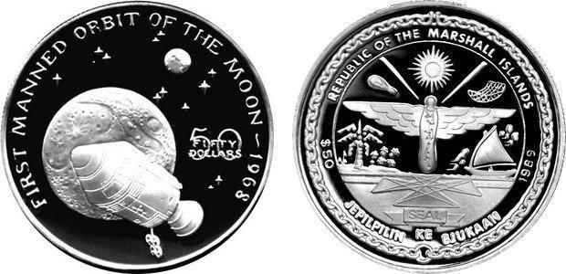 Первый экипаж на орбите Луны
