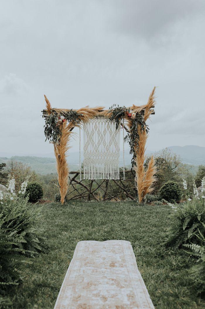 Mit der klassischen Boho-Makramee, Kakteen, Sukkulenten, Pampagras und Teppichen …   – Bohemian Wedding Inspiration