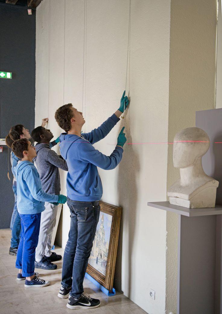 """""""Un autre regard"""" - Le musée Sainte-Croix de la Ville de Poitiers accueille des adolescents pour un accrochage d'œuvres. Ces jeunes de 11 à 16 ans ont travaillé de la rentrée jusqu'à début 2016 au montage de leur exposition, main dans la main avec les différents métiers du musée."""