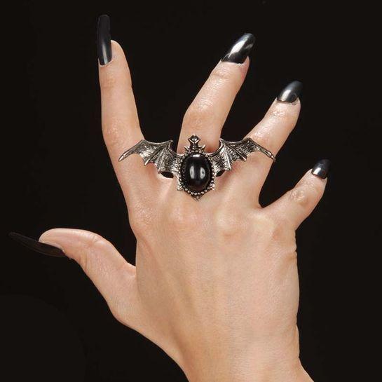 Lepakkosormus. Hopeansävyistä sormusta koristaa musta kivi. Sormuksen koko on säädettävä ja lepakon koko on noin 7 cm, joten kyseessä on varsin näyttävänkokoinen sormus.