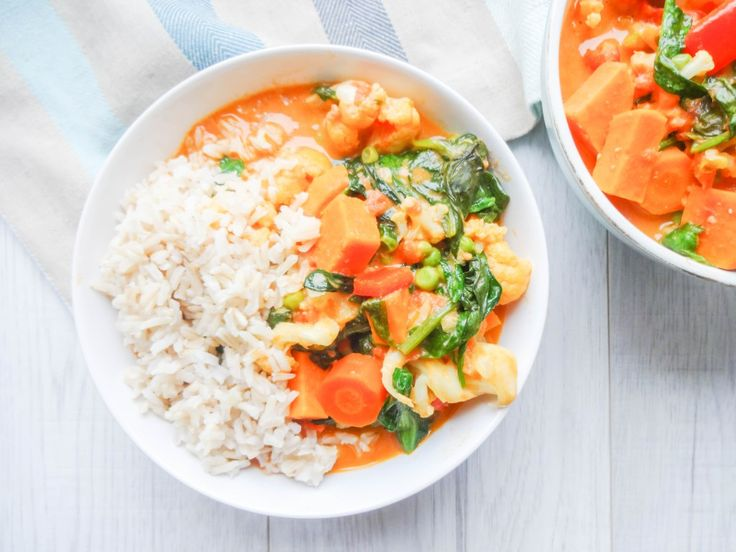 – 1 large sweet potato (ca. 400g) – 2 cups (300g) of carrots – 1 cauliflower – 1 red bell pepper – 1 thump-sized piece of ginger – 1 tbsp red curry paste – 2 tbsp extra virgin olive oil – 1 tsp ground coriander – 1 tsp ground ginger – 4 tbsp tamari or soy sauce – 1 bag (ca. 300g) of fresh spinach – 1 handful of fresh cilantro (optional) – 2 tbsp peanut or homemade almond butter (optional) – brown rice to serve