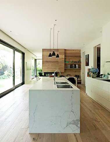 Déco cuisine avec îlot central en marbre et parquet teck