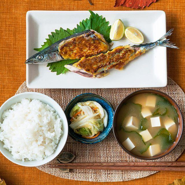 今日の東京は 秋の訪れを感じる涼しさです。 サンマを、味噌とカレー粉に マヨネーズでアレンジすれば ひと味違った秋を楽しめるかもしれません♪ -- #さんまのみそマヨカレー焼き ◯材料<2人分> さんま 2尾 塩 少々 (a) 丸の内タニタ食堂の減塩みそ 15g マヨネーズ 30g カレー粉 小さじ1/2 -- ◯作り方 下ごしらえ ・(a)を全て混ぜ合わせておく。 1.さんまは長さを半分に切ってワタを取り出してやさしく洗い、キッチンペーパーで水気を拭き、塩少々をふって20分以上おく。 2.さんまから出てきた水分を拭き取り、魚焼きグリルに並べ、(a)を表面に塗って10~12分香ばしい焼き色がつくまで焼く。 . . #マルコメ #marukome #味噌 #miso #タニタ食堂 #秋刀魚 #焼き魚 #おみそ汁 #お味噌汁 #カレー #マヨネーズ #秋の味覚 #クッキングラム #デリスタグラマー #和食 #japanese #おうちごはん #夜ご飯