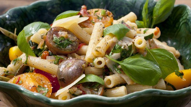 Tareq Taylor er opptatt av kvaliteten på pastaen. Den skal inneholde mye protein. Denne oppskriften er en vegetarrett med squash, mye tomater, basilikum og persille. Foto: Eva Robild / SVT