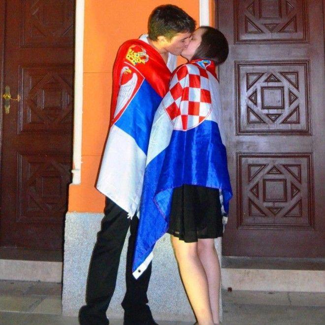 Giovanissimi, avvolti nelle bandiere dei rispettivi Paesi: lei croata, lui serbo. I due marciavano per la parata organizzata dal United World  College, a Mostar, la città che fu gravemente danneggiata dai  bombardamenti durante il conflitto della Bosnia. Il loro gesto, catturato senza nessuna