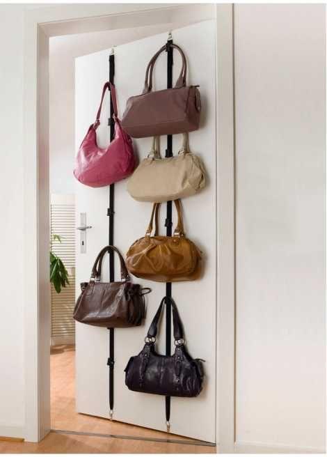 Se nu:Har du svårt att hålla rätt på väskorna? Med den här väskförvaringsanordningen klarar du av kaoset. Spänn upp på dörren och häng upp väskorna. Dörren går trots väskförvaringen fortfarande att stänga utan problem. Krokar för dörrtjocklekar på 2–4cm ingår. Upphängningskrokarna går att placeras på valfri höjd. Du får 2st. förvaringsremmar till 8väskor sammanlagt. Svart.