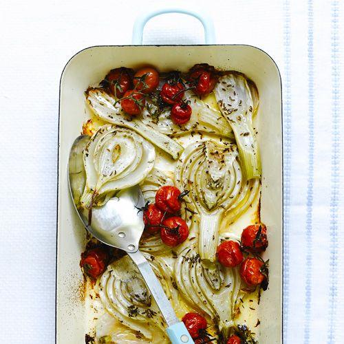 1 Verwarm de oven voor op160 ºC. Leg de venkel in eenbraadslee, verdeel de tomaatjeserover en bestrooi met het