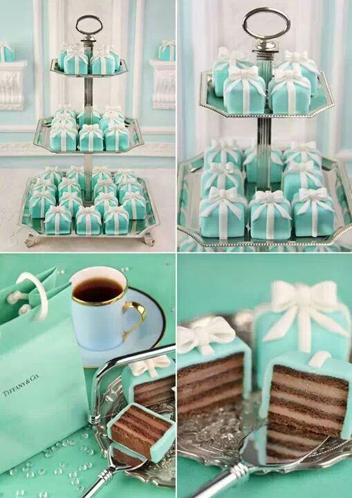 Mini-pasteles en forma de caja de regalo azul Tiffany