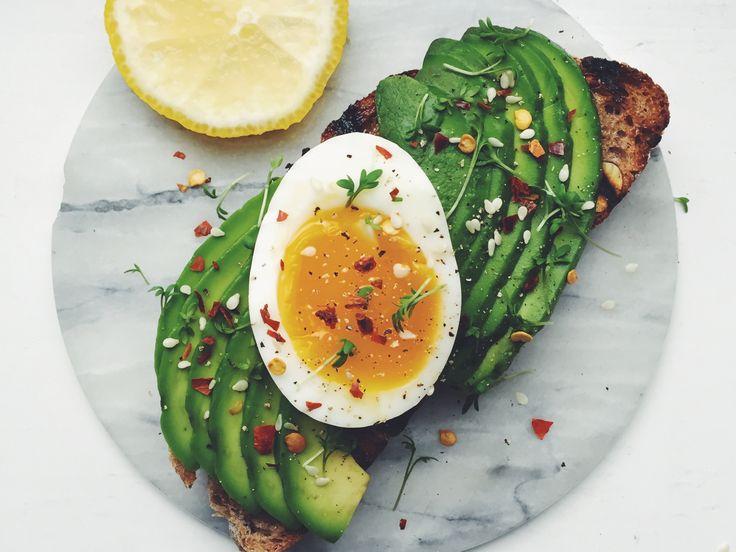 Avokadomacka med löskokt ägg och chiliflakes | Recept från Köket.se