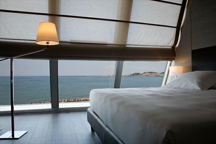 Parete completamente finestrata cielo terra con vista su Mare e Ancona