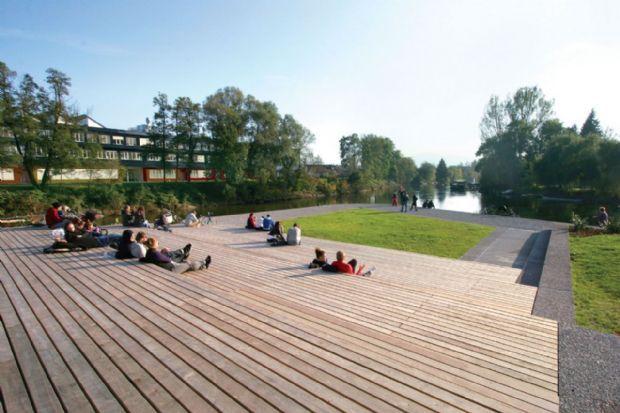 Rio Ljubljanica, na capital da Eslovênia, recebe parques, novas pontes e espaços de encontro, com um conjunto de projetos realizados por esc...