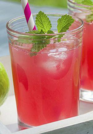 INGREDIËNTEN 35 ml Smirnoff 50 ml vers grapefruitsap 50 ml cranberrysap 1 partje limoen Soort glas: longdrink BEREIDING Vul een longdrink met