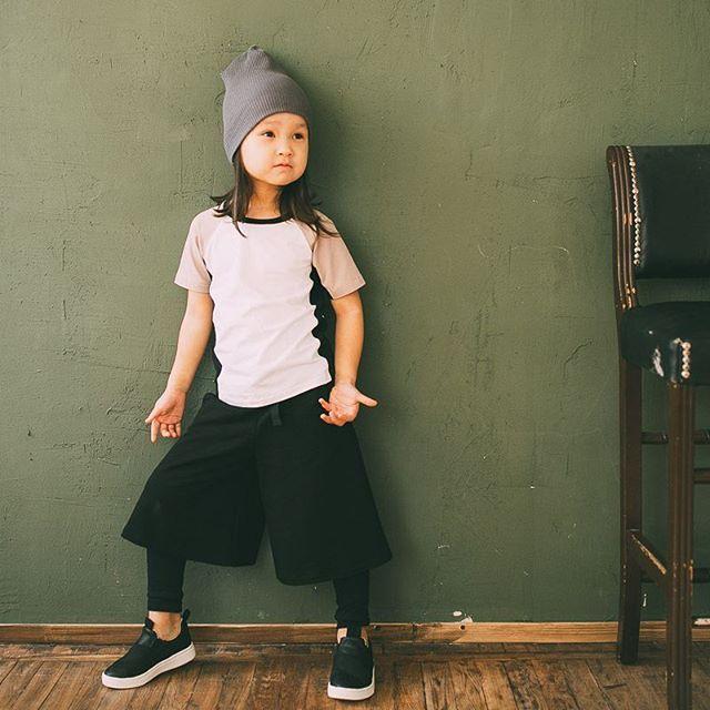 """Амина в эффектных кюлотах с лосинами и """"байкерской"""" футболке с удобным кроем рукава. Остромодный образ на каждый день! #minima_lis #madeinrussia #hipstamama #fashionkids #lambadamarket"""