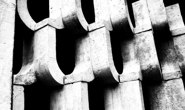 """Casting Architecture"" Examines the Humble Ventilation Block in Tropical Design"