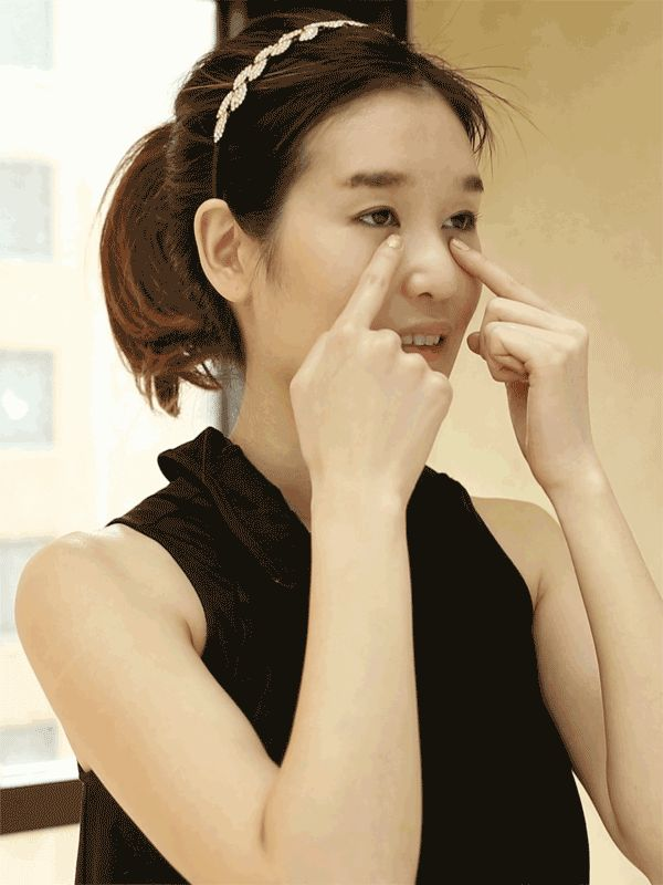 """How to Give Yourself a Korean Beauty Facial Massage in GIFS Step 7: Use the pads of your forefingers to gently massage the area beneath your eyes to help reduce the appearance of dark circles and puffiness. """"Start at the bridge of your nose and move outward,"""" accounts Cho. """"Be sure to lightly press on your temples to relieve pressure."""""""