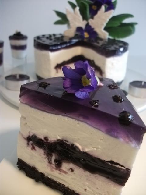 Nepečená Čučoriedková torta cheescake    Pre zámenu môžete použiť hocaké bobuľové ovocie(čierne ríbezle, červené ríbezle, černice, egreše, maliny, či hrozno)    Tak toto bol môj najťažšie vypátraný recept! Keď som videla fotku rezu tejto torty na nete, bola to láska na prvý pohľad! No nebol k nej recept...horko ťažko som orginál recept našla-v čínštine!!! Musela som ho prispôsobiť na naše podmienky.*Prosím:    Suroviny sú na formu s priemerom 16cm**  Doba prípravy cca. 20-25min.