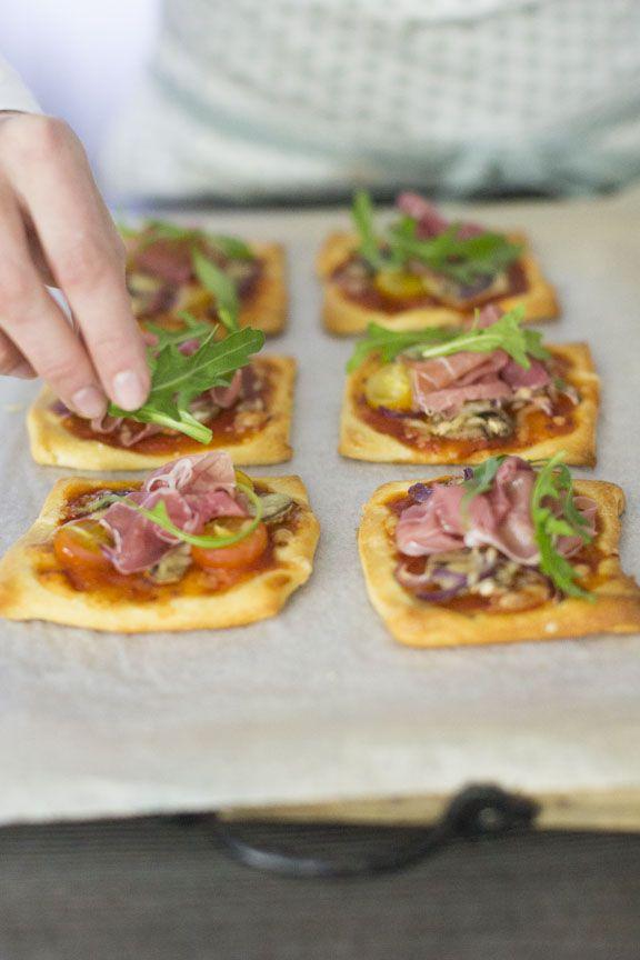 3 lekkere snacks van pizzadeeg: mini pizza, pizza stengels en pizza hoorntjes.