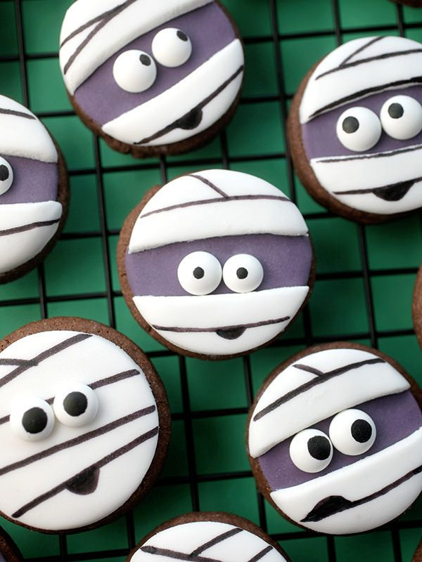 Mini Mummy Sugar Cookies How cute! These are so doable - Halloween bake session coming up I think.  They're also easy to adapt to other festivities.